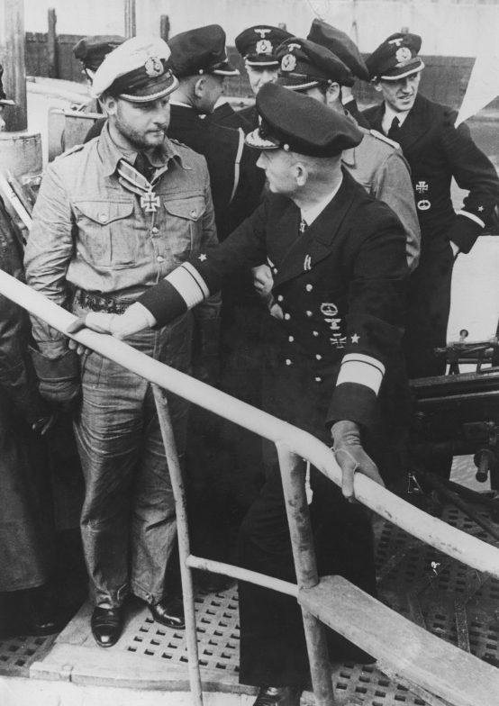 Капитан-лейтенант Фриц-Юлиус и контр-адмирал Карл Дёниц на подлодке «U-30». Вильгельмсхафен. Сентябрь 1940 г.