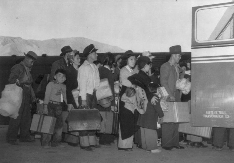 Японцы садятся в автобус на станции Лон Пайн для переезда в лагерь «Манзанар». Апрель 1942 г.