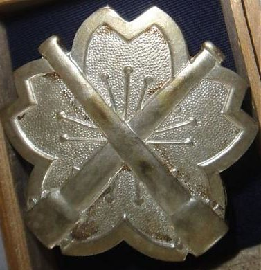 Аверс и реверс «Знака за стрельбу из скорострельного орудия» 2-й степени из тяжелого металла.