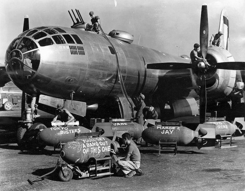 Загрузка бомб в В-29 перед налетом на Токио.