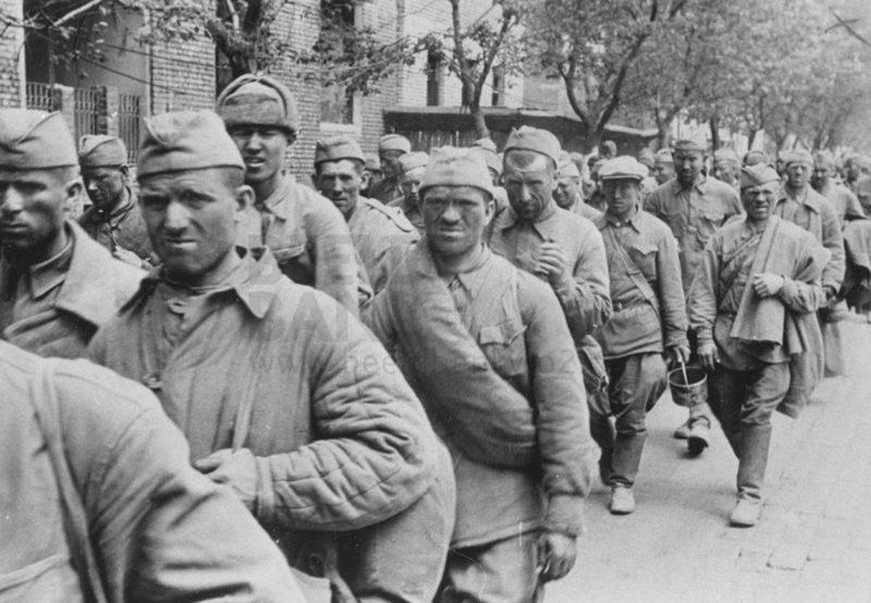 Советские военнопленные в городе. Май 1942 г.