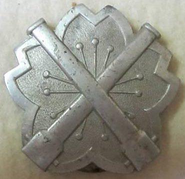 Аверс и реверс «Знака за стрельбу из скорострельного орудия» 2-й степени из алюминия.