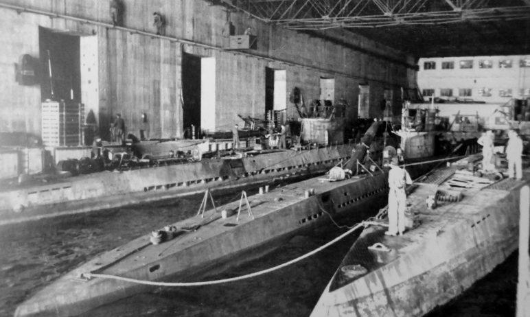 Подлодки в бункере «Кероман 3» на базе субмарин во французском Лорьяне. Январь 1943 г.