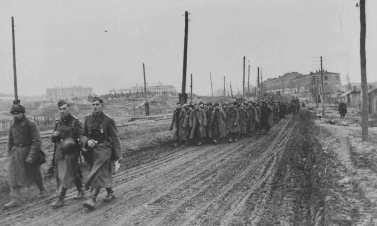 Советские военнопленные на окраине города. Май 1942 г.