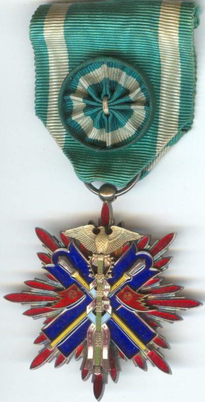 Аверс и реверс знака Ордена Золотого коршуна 4-й степени.