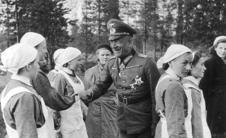 Николаус Фалькенхорст среди работниц трудового фронта. 1941 г.