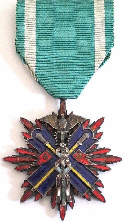 Аверс и реверс знака Ордена Золотого коршуна 5-й степени.
