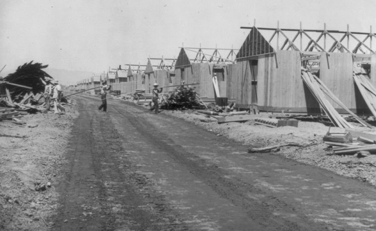 Строительство бараков лагеря в местечке Паркер в штате Аризона. Апрель 1942 г.