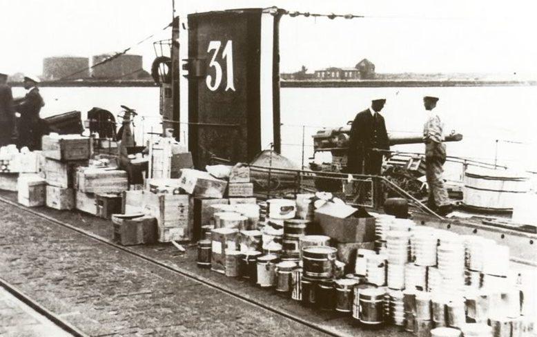 Погрузка продуктов на подлодку «U-31». 1940 г.