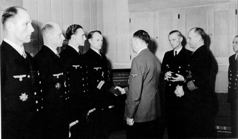 Гитлер награждает офицеров Кригсмарине Дубовыми листьями к Рыцарскому кресту Железного креста. Февраль 1943 г.