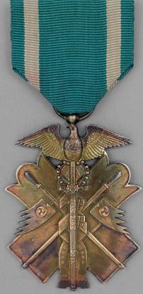 Аверс знака Ордена Золотого коршуна 6-й степени.