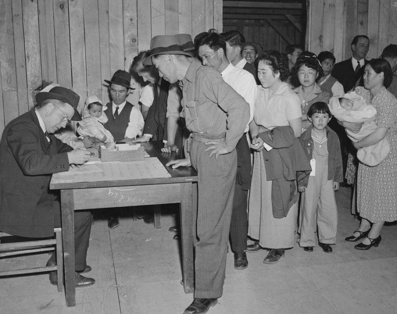 Регистрация японцев в сборочном центре Санта-Аниты. Калифорния. Май 1942 г.