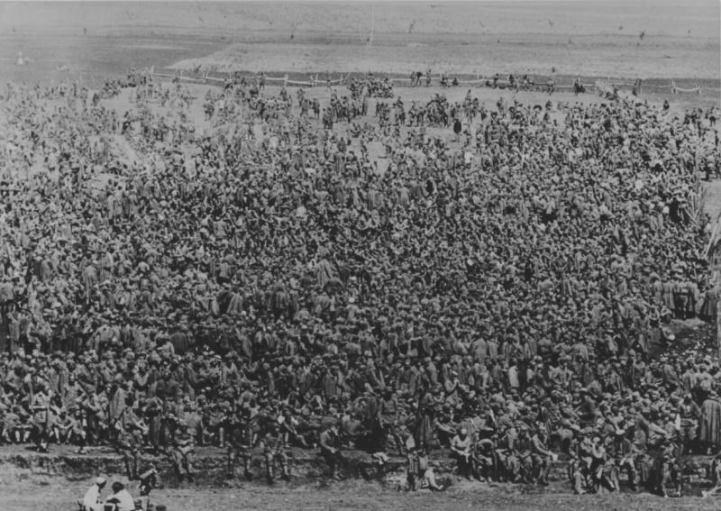 Сборный пункт советских военнопленных в районе Холодной горы. Май 1942 г.