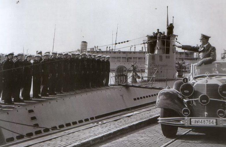 Гитлер приветствует экипаж «U-29». Вильгельмсхафен. 1940 г.