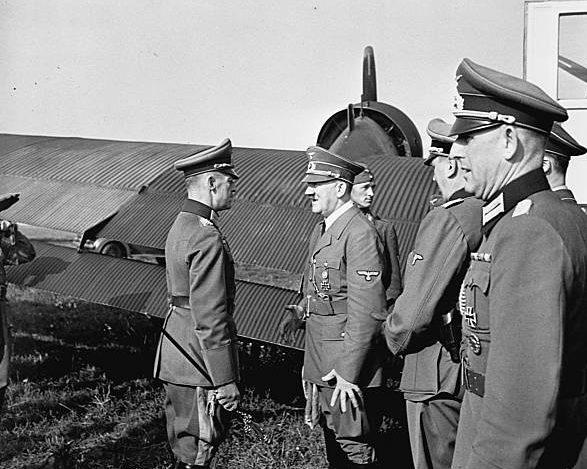 Герд фон Рунштедт и Адольф Гитлер. 1944 г.
