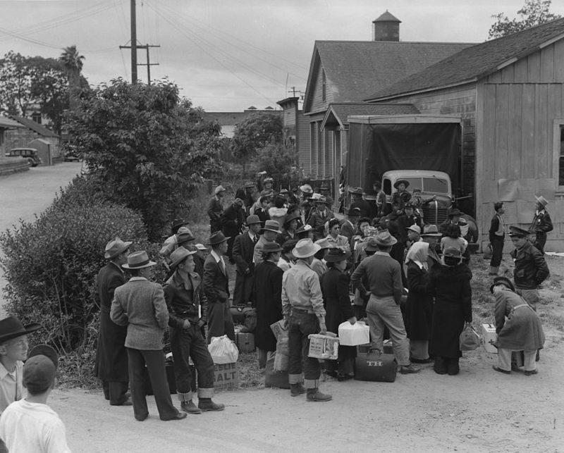 Интернированные ожидают транспорт для отправки в лагерь. Сентрвиль, Калифорния. Май 1942 г.