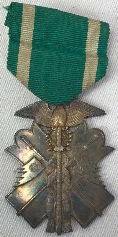 Аверс и реверс знака Ордена Золотого коршуна 7-й степени.