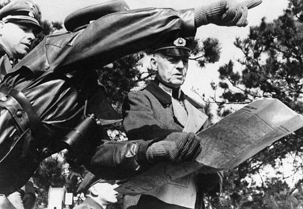 Герд фон Рунштедт с картами. 1944 г.
