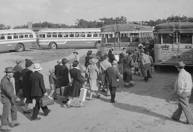Погрузка интернированных в автобусы. Сентрвиль, Калифорния. Май 1942 г.