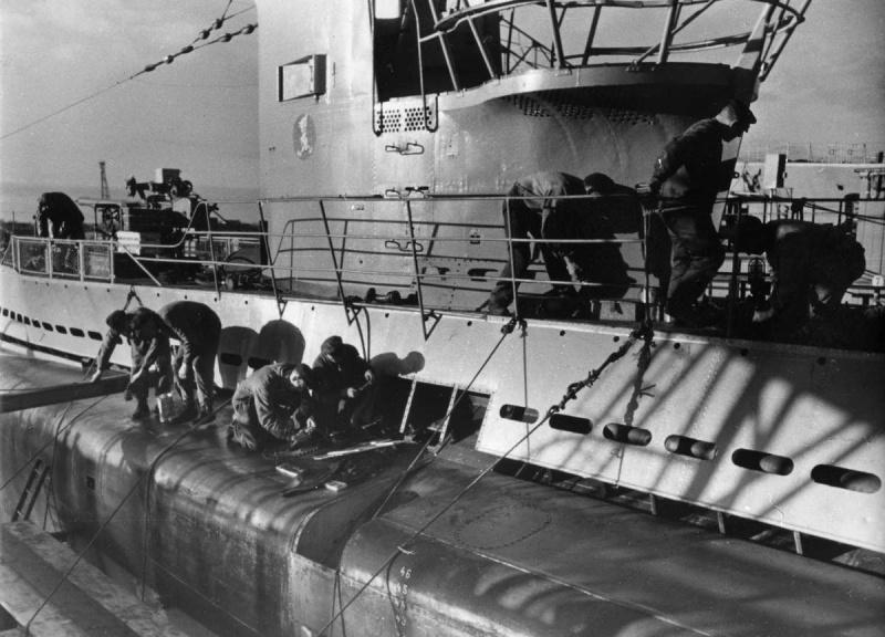 Немецкие рабочие ремонтируют подлодку «U-30» в доке Вильгельмсхафена. 1940 г.