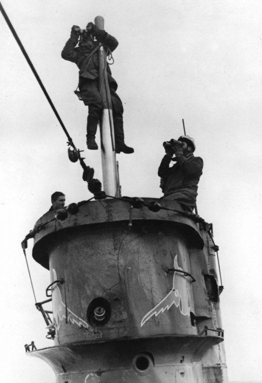 Подводники ведут наблюдение на мостике подлодки «U-659». Апрель 1943 г.