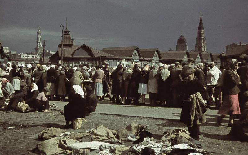 Горожане на Центральном рынке города. Лето 1942 г.