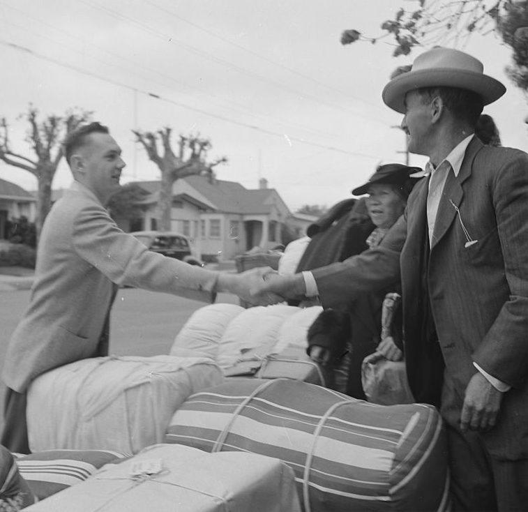 Друзья прощаются с японской семьей, которую выселяют с фермы в Аламеда (Калифорния). 8 мая 1942 г.