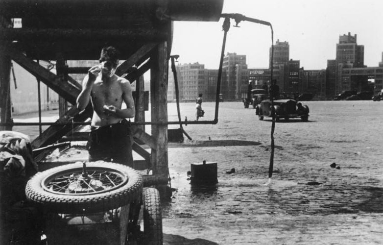 Немецкие солдаты на площади Дзержинского. Июнь 1942 г.