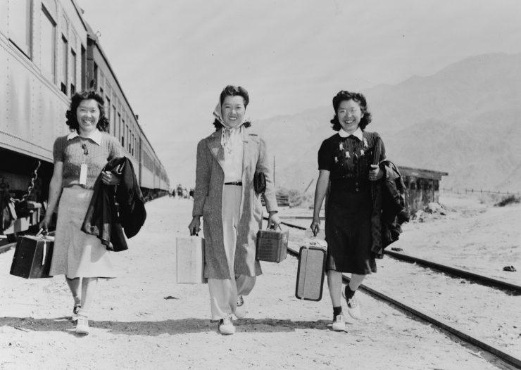 Японки со станции Лон Пайн следуют в лагерь « Манзанар» ( Калифорния). Май 1942 г.