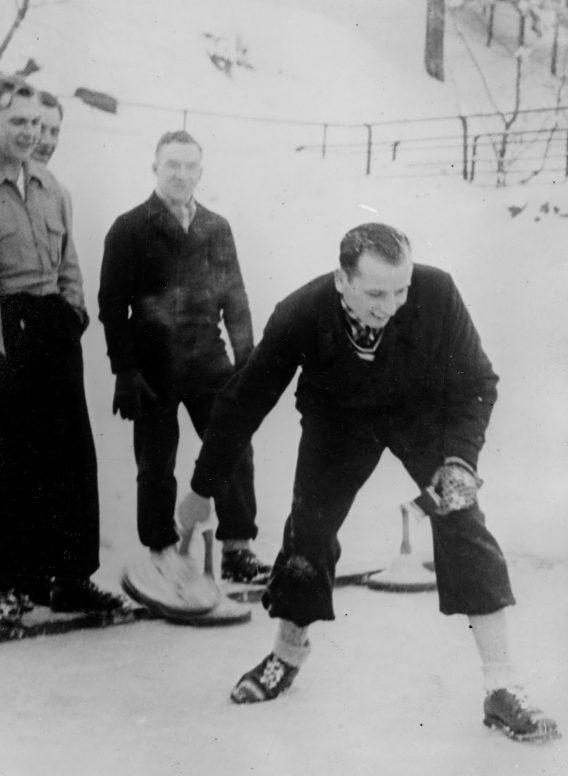 Командир подводной лодки «U-99» Отто Кречмер играет в баварский керлинг. Январь 1941 г.