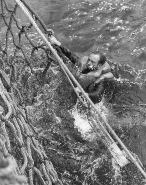 Подъем немецкого моряка с потопленной подлодки «U-175» на борт корабля береговой охраны США «Дуэйн» Апрель 1943 г.