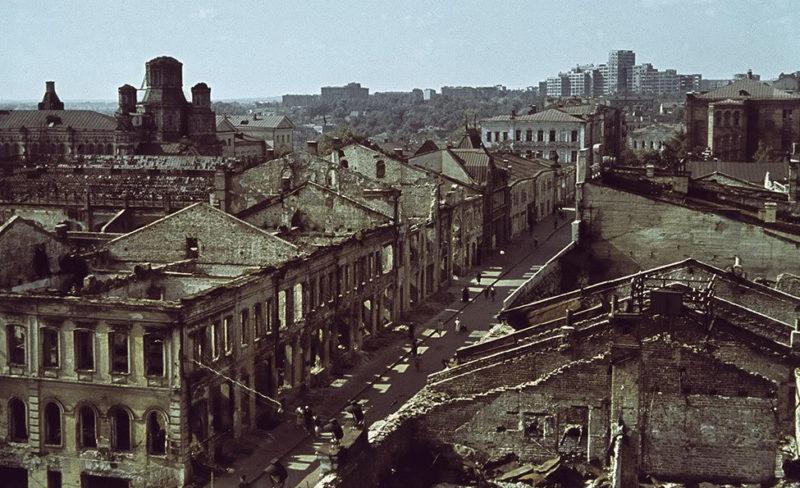 Одна из центральных улиц города. Лето 1942 г.