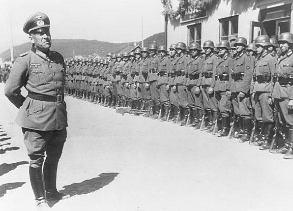 Николаус Фалькенхорст перед строем немецких солдат. 1943 г.
