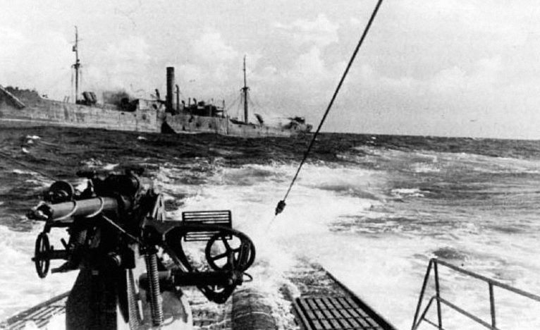 Подлодка «U-123» отходит от тонущего транспорта, пораженного огнем палубного 105-мм орудия лодки. Январь 1941 г.