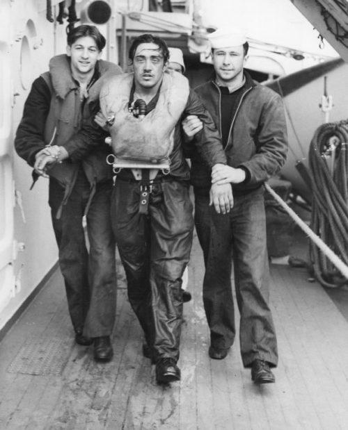 Пленный матрос с подлодки «U-175», поднятый из воды, на борту корабля береговой охраны США «Дуэйн». Апрель 1943 г.