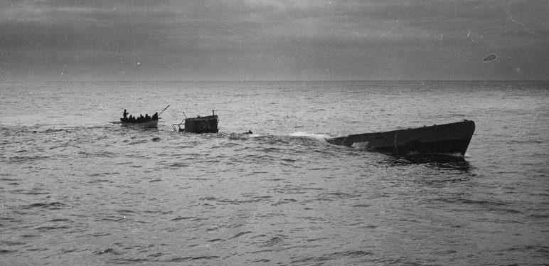 Спасательная шлюпка, спущенная с корабля береговой охраны США «Спенсер» снимает остававшихся членов экипажа подлодки «U-175». Апрель 1943 г.