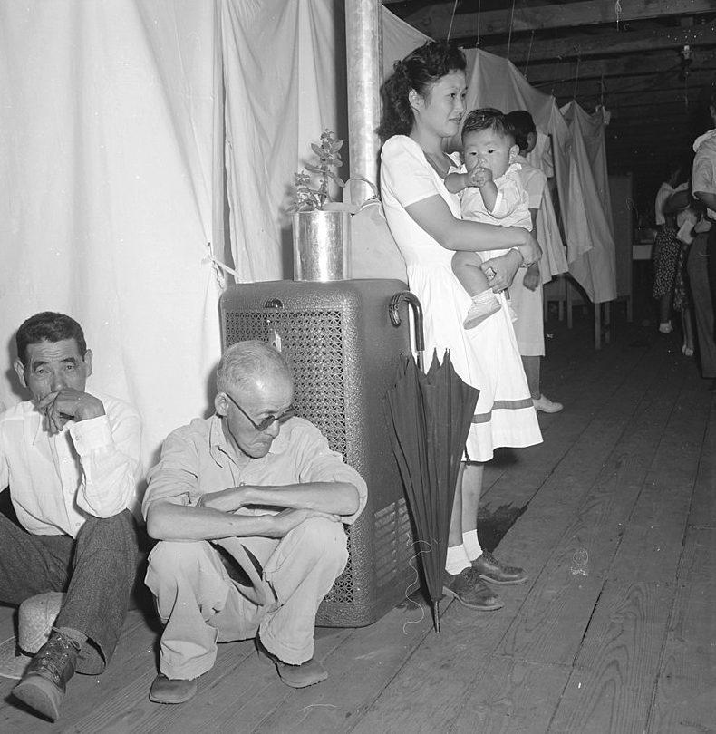 «Квартира» в бараке лагеря « Мансанар». «Комнаты» разделены простынями. 30 июня 1942 г.