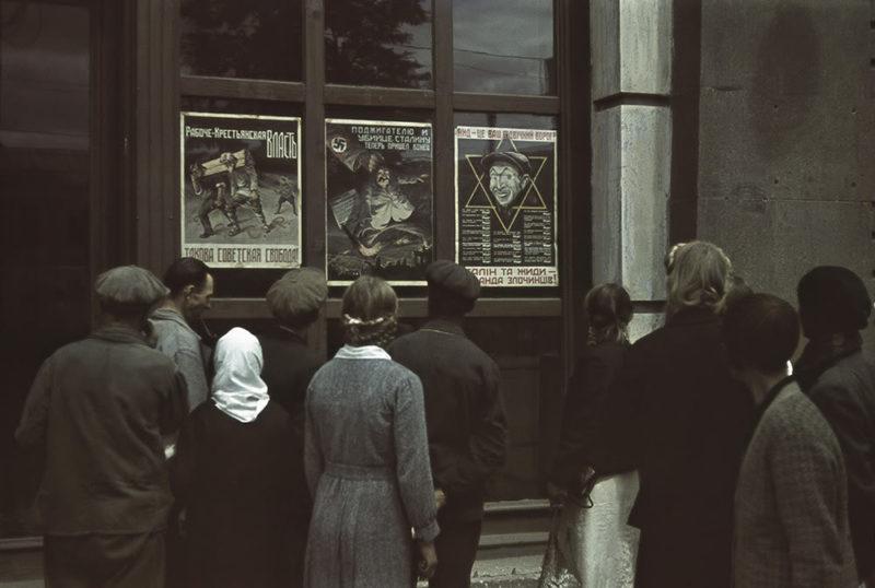 Немецкие плакаты у кинотеатра. Лето 1942 г.