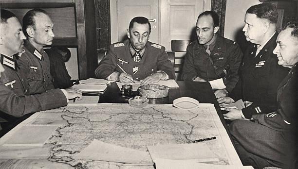 Германн Ферч подписывает капитуляцию своих войск. 1945 г.
