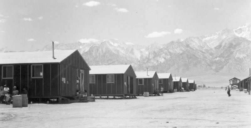 Бараки лагеря «Мансанар» среди пустыни. 2 июля 1942 г.