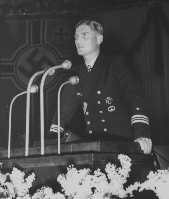 Командир подлодки «U-100» Иоахим Шепке выступает в Берлинском дворце спорта. Февраль 1941 г.