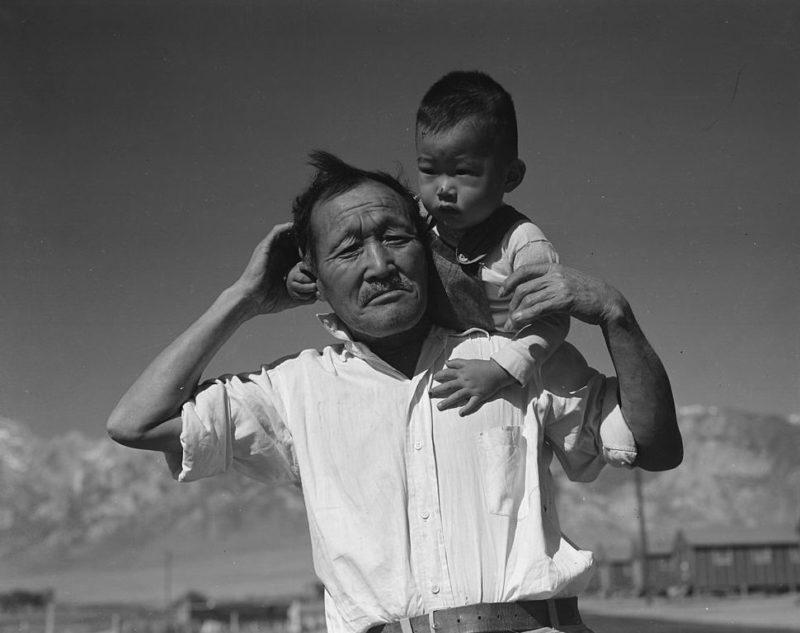 Дед и внук в лагере «Мансанар». 2 июля 1942 г.