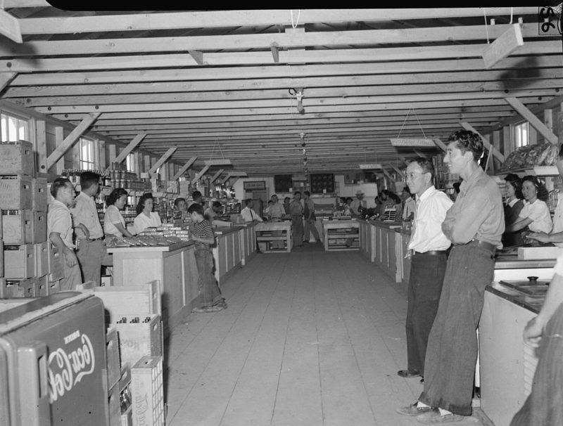 Магазин в день открытия. Лагерь «Tule Lake» (Калифорния). Июль 1942 г.