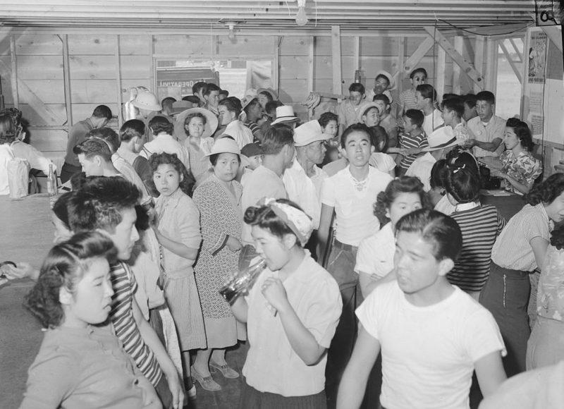 Магазин в выходной день. Лагерь «Tule Lake» (Калифорния). Кола – все что доступно японцам. Июль 1942 г.