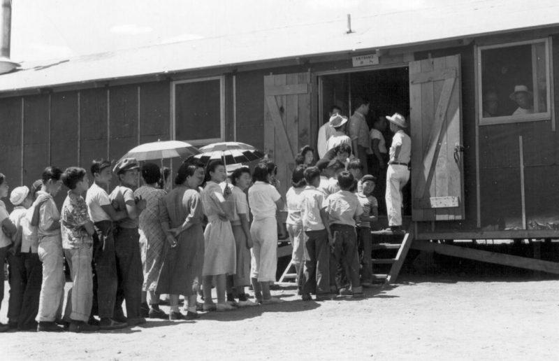 Ожидание обеда в полдень за пределами столовой. Лагерь «Манзанар» (Калифорния). Июль 1942 г.