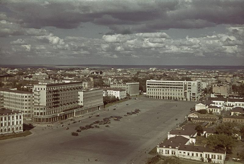 Немецкие автомобили возле гостиницы «Харьков» на площади Дзержинского (ныне Свободы), в 1942 году - площадь Немецкой армии, в 1943 году - площадь Лейбштандарта СС. Лето 1942 г.
