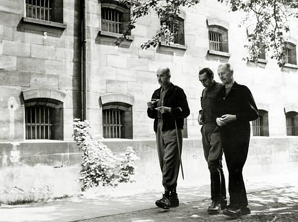 Германн Ферч на прогулке в тюремном дворе. 1947 г.