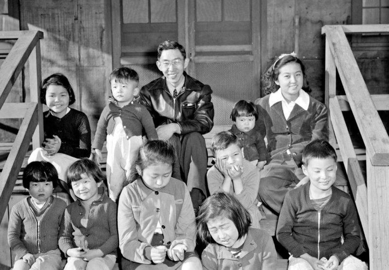 Постановочная «радость» семьи для пропаганды. Лагерь «Tule Lake» (Калифорния). Июль 1942 г.