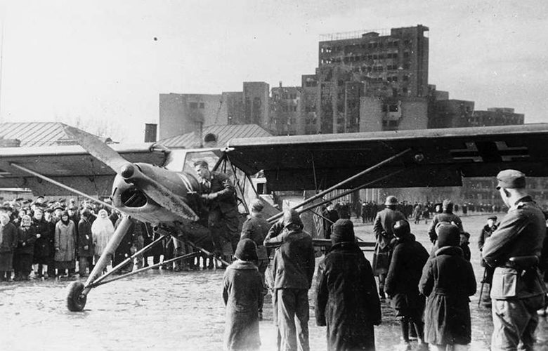 Самолет на площади Дзержинского. Лето 1942 г.