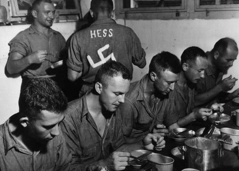 Выжившая часть экипажа подлодки «U-128» в плену на американском эсминце. Май 1943 г.